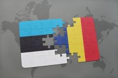 verwirren Sie mit der Staatsflagge von Estland und von Konfetti auf einer Weltkarte Lizenzfreie Stockfotos