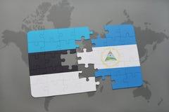 verwirren Sie mit der Staatsflagge von Estland und von Nicaragua auf einer Weltkarte Stockfotografie