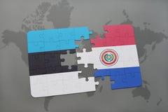 verwirren Sie mit der Staatsflagge von Estland und von Paraguay auf einer Weltkarte Lizenzfreie Stockfotos