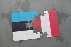 verwirren Sie mit der Staatsflagge von Estland und von Peru auf einer Weltkarte Stockbilder