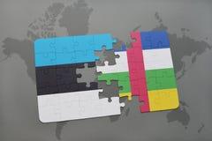 verwirren Sie mit der Staatsflagge von Estland und von Republik Zentralafrika auf einer Weltkarte Stockbild
