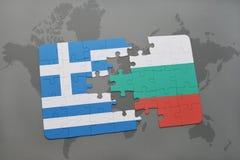 verwirren Sie mit der Staatsflagge von Griechenland und von Bulgarien auf einem Weltkartehintergrund Lizenzfreie Stockfotografie