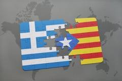 verwirren Sie mit der Staatsflagge von Griechenland und von Katalonien auf einem Weltkartehintergrund Stockbild