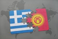verwirren Sie mit der Staatsflagge von Griechenland und von Kirgisistan auf einem Weltkartehintergrund Stockbilder