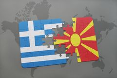 verwirren Sie mit der Staatsflagge von Griechenland und von Macedonia auf einem Weltkartehintergrund Lizenzfreie Stockfotos