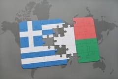 verwirren Sie mit der Staatsflagge von Griechenland und von Madagaskar auf einem Weltkartehintergrund Lizenzfreie Stockfotos