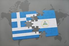 verwirren Sie mit der Staatsflagge von Griechenland und von Nicaragua auf einem Weltkartehintergrund Lizenzfreie Stockbilder