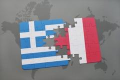 verwirren Sie mit der Staatsflagge von Griechenland und von Peru auf einem Weltkartehintergrund Lizenzfreie Stockfotografie