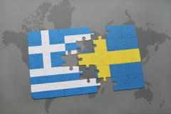 verwirren Sie mit der Staatsflagge von Griechenland und von Schweden auf einem Weltkartehintergrund Stockbilder