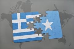 verwirren Sie mit der Staatsflagge von Griechenland und von Somalia auf einem Weltkartehintergrund Stockbilder
