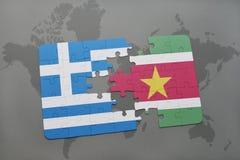 verwirren Sie mit der Staatsflagge von Griechenland und von Surinam auf einem Weltkartehintergrund Lizenzfreie Stockfotos