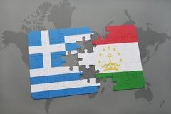 verwirren Sie mit der Staatsflagge von Griechenland und von Tadschikistan auf einem Weltkartehintergrund Lizenzfreies Stockbild