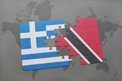 verwirren Sie mit der Staatsflagge von Griechenland und von Trinidad and Tobago auf einem Weltkartehintergrund Stockfoto