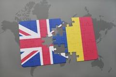 verwirren Sie mit der Staatsflagge von Großbritannien und von Rumänien auf einem Weltkartehintergrund Stockfotografie