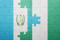 verwirren Sie mit der Staatsflagge von Guatemala und von Nigeria Lizenzfreie Stockbilder