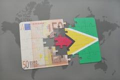 verwirren Sie mit der Staatsflagge von Guyana und von Eurobanknote auf einem Weltkartehintergrund Lizenzfreie Stockfotografie