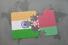 verwirren Sie mit der Staatsflagge von Indien und von Weißrussland auf einem Weltkartehintergrund Lizenzfreie Stockfotos
