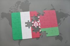 verwirren Sie mit der Staatsflagge von Italien und von Weißrussland auf einem Weltkartehintergrund Stockfotografie