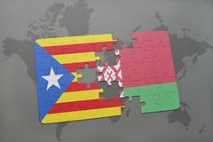 verwirren Sie mit der Staatsflagge von Katalonien und von Weißrussland auf einem Weltkartehintergrund Lizenzfreie Stockbilder