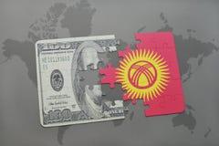 verwirren Sie mit der Staatsflagge von Kirgisistan und von Dollarbanknote auf einem Weltkartehintergrund Stockbilder