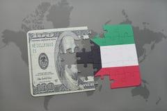 verwirren Sie mit der Staatsflagge von Kuwait und von Dollarbanknote auf einem Weltkartehintergrund Stockfoto