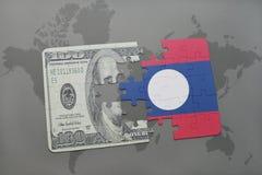 verwirren Sie mit der Staatsflagge von Laos und von Dollarbanknote auf einem Weltkartehintergrund Lizenzfreie Stockfotografie