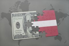 verwirren Sie mit der Staatsflagge von Lettland und von Dollarbanknote auf einem Weltkartehintergrund Stockfotografie