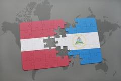 verwirren Sie mit der Staatsflagge von Lettland und von Nicaragua auf einer Weltkarte Lizenzfreies Stockbild