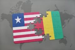 verwirren Sie mit der Staatsflagge von Liberia und von Guine auf einer Weltkarte lizenzfreie stockbilder