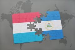 verwirren Sie mit der Staatsflagge von Luxemburg und von Nicaragua auf einer Weltkarte Stockfotos