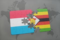 verwirren Sie mit der Staatsflagge von Luxemburg und von Simbabwe auf einer Weltkarte Stockfotografie