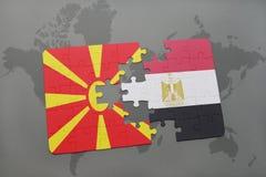 verwirren Sie mit der Staatsflagge von Macedonia und von Ägypten auf einer Weltkarte Stockfotografie