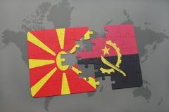 verwirren Sie mit der Staatsflagge von Macedonia und von Angola auf einer Weltkarte Stockbilder