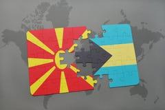 verwirren Sie mit der Staatsflagge von Macedonia und von Bahamas auf einer Weltkarte Lizenzfreie Stockfotos