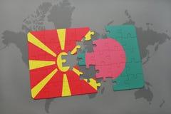verwirren Sie mit der Staatsflagge von Macedonia und von Bangladesch auf einer Weltkarte Lizenzfreie Stockbilder