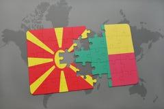 verwirren Sie mit der Staatsflagge von Macedonia und von Benin auf einer Weltkarte Stockbilder
