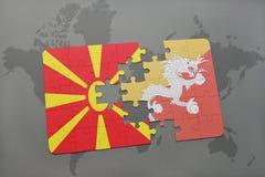 verwirren Sie mit der Staatsflagge von Macedonia und von Bhutan auf einer Weltkarte Lizenzfreie Stockfotos