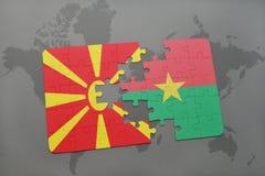verwirren Sie mit der Staatsflagge von Macedonia und von Burkina Faso auf einer Weltkarte Stockfoto