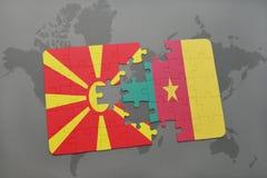 verwirren Sie mit der Staatsflagge von Macedonia und von Cameroon auf einer Weltkarte Stockfoto