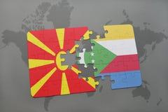 verwirren Sie mit der Staatsflagge von Macedonia und von Comoren auf einer Weltkarte Lizenzfreies Stockbild