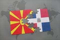 verwirren Sie mit der Staatsflagge von Macedonia und von Dominikanischer Republik auf einer Weltkarte Lizenzfreies Stockbild
