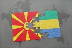 verwirren Sie mit der Staatsflagge von Macedonia und von Gabun auf einer Weltkarte Lizenzfreie Stockbilder