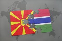 verwirren Sie mit der Staatsflagge von Macedonia und von Gambia auf einer Weltkarte Lizenzfreie Stockbilder