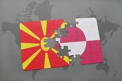 verwirren Sie mit der Staatsflagge von Macedonia und von Grönland auf einer Weltkarte Lizenzfreie Stockbilder