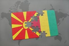 verwirren Sie mit der Staatsflagge von Macedonia und von Guine auf einer Weltkarte Stockbild