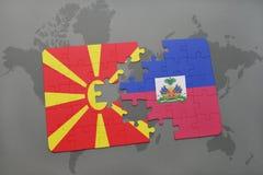 verwirren Sie mit der Staatsflagge von Macedonia und von Haiti auf einer Weltkarte Stockfoto