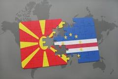 verwirren Sie mit der Staatsflagge von Macedonia und von Kap-Verde auf einer Weltkarte Lizenzfreies Stockfoto