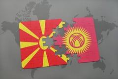 verwirren Sie mit der Staatsflagge von Macedonia und von Kirgisistan auf einer Weltkarte Lizenzfreie Stockfotografie