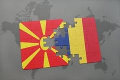 verwirren Sie mit der Staatsflagge von Macedonia und von Konfetti auf einer Weltkarte Stockbild