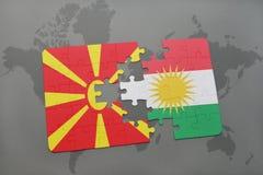 verwirren Sie mit der Staatsflagge von Macedonia und von Kurdistan auf einer Weltkarte Lizenzfreie Stockfotos